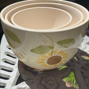 NWOT CERAMIC DAISY🌻 3 SERVING or MIXING BOWL SET